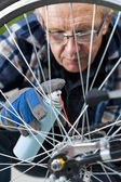 Man cleaning and oiling a bicycle chain — Stock Photo