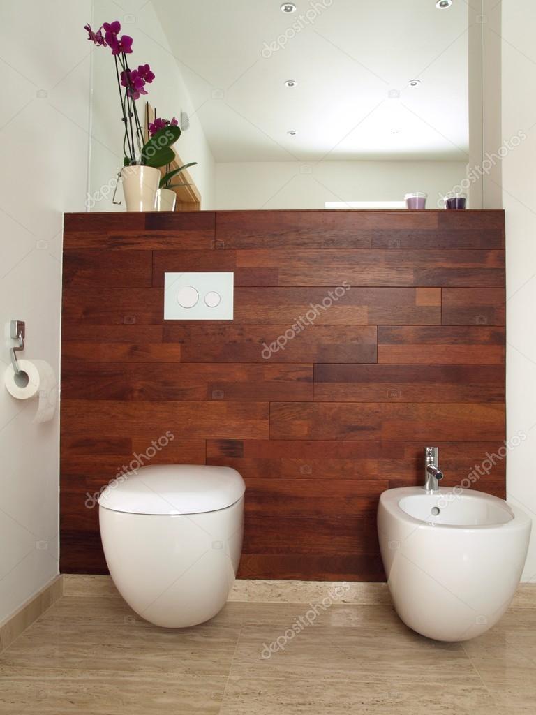 Modernt badrum med trävägg — Stockfotografi © photographee.eu ...