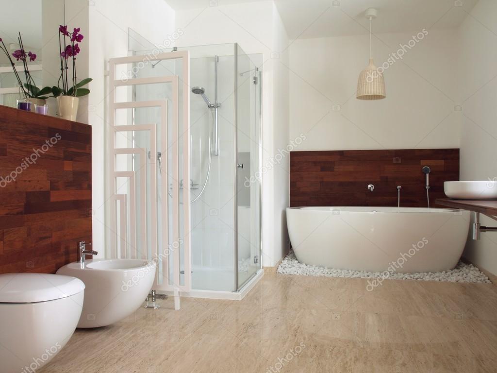 Horisontell vy av modernt badrum — Stockfotografi © photographee ...