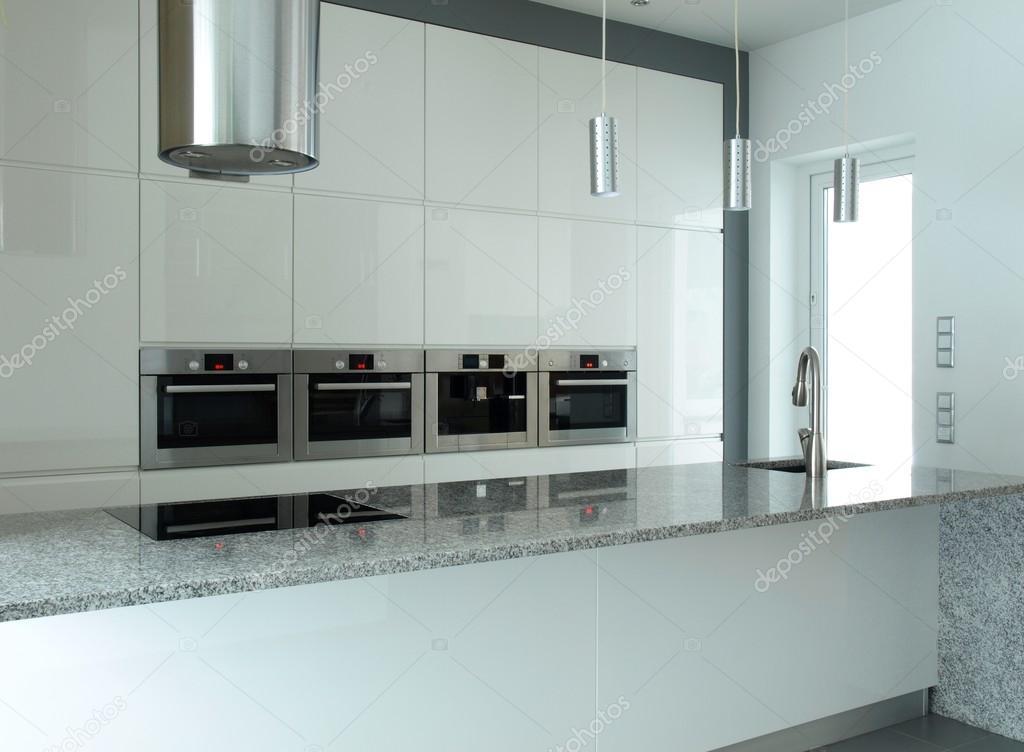 Witte keuken met inbouw apparatuur — Stockfoto © photographee.eu ...