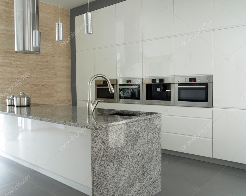 Moderne Küche mit Granit-Arbeitsplatte — Stockfoto © photographee ...