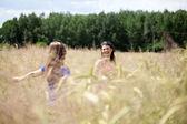 Amigos en un campo de grano — Foto de Stock