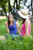 Tjejer på en grön glade — Stockfoto