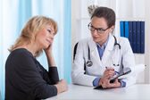 Doctor informs the patient of results of research — Stockfoto