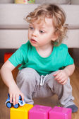 Dítě hraje s hračkami — Stock fotografie