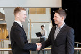 Two businessmen shaking hands — Stockfoto