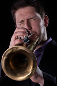 Man playing on trumpet — Stockfoto
