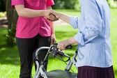 Pielęgniarka daje rękę do kobiety — Zdjęcie stockowe