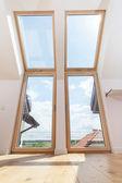 Büyük pencereler ile oda — Stok fotoğraf