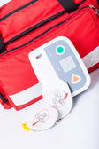 Defibrillator in first aid kit — 图库照片