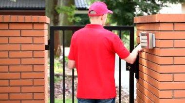 Courier ringing intercom — Stock Video