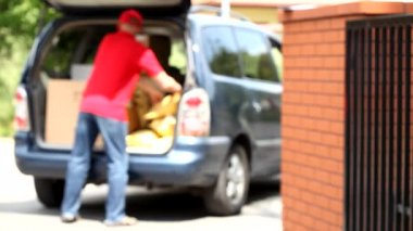 Courier and car full of packages — Video Stock