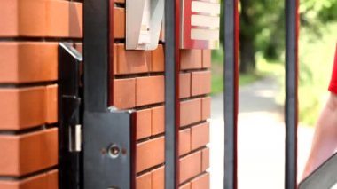 Delivery man ringing house intercom — Stock Video