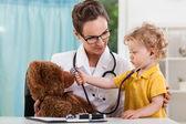 Bambino durante la visita medica — Fotografia Stock
