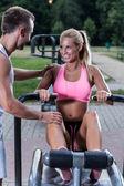 Couple sur la salle de gym en plein air — Photo