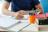 Estudiante durante haciendo los deberes — Foto de Stock