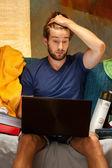 Estudiante que esté usando el ordenador portátil — Foto de Stock