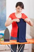 Vrouw kleren te vouwen — Stockfoto