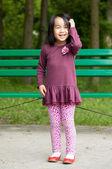 улыбающаяся девушка в парке — Стоковое фото