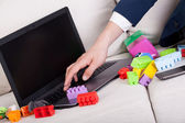 Zaneprázdněný otec pomocí přenosného počítače — Stock fotografie