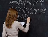 Ritratto di un bello studente facendo matematica su una lavagna — Foto Stock