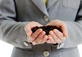Dames handen met een handvol van aarde — Stockfoto