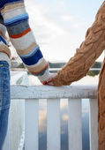 Happy romantic couple holding hands — Stockfoto