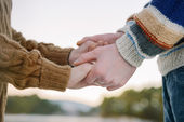 Happy romantic couple holding hands — Stock fotografie