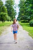 漂亮的十几岁的女孩穿着休闲服阳光 9 月的一天,室外肖像上学去 — 图库照片