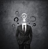 Człowiek stojący bez głowy z rysunku znaki zapytania — Zdjęcie stockowe