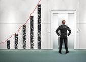 Empresário e parede com desenho gráfico de negócios — Fotografia Stock