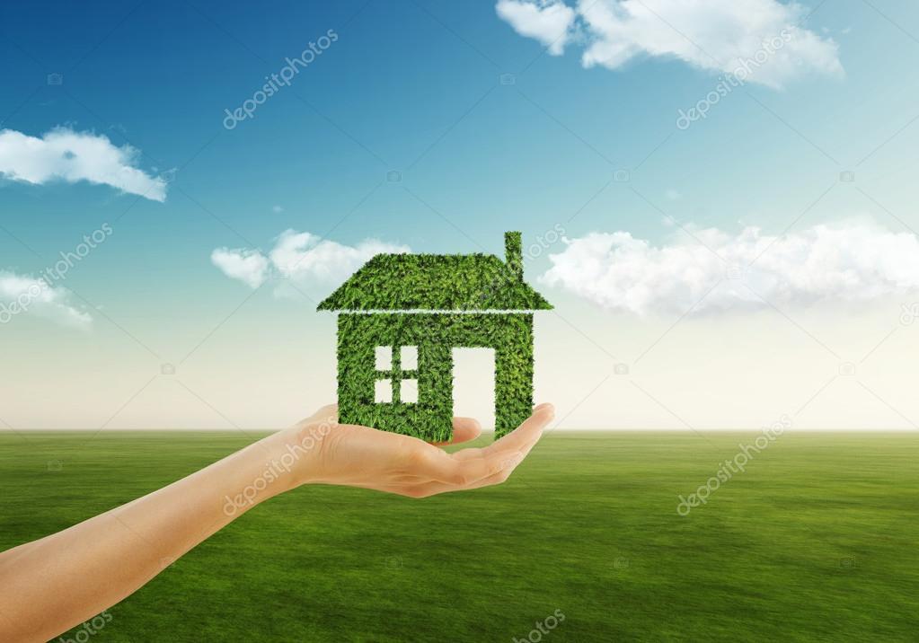 Conceito de casa ecol gica m o segurando o cone de casa for Piani casa eco friendly