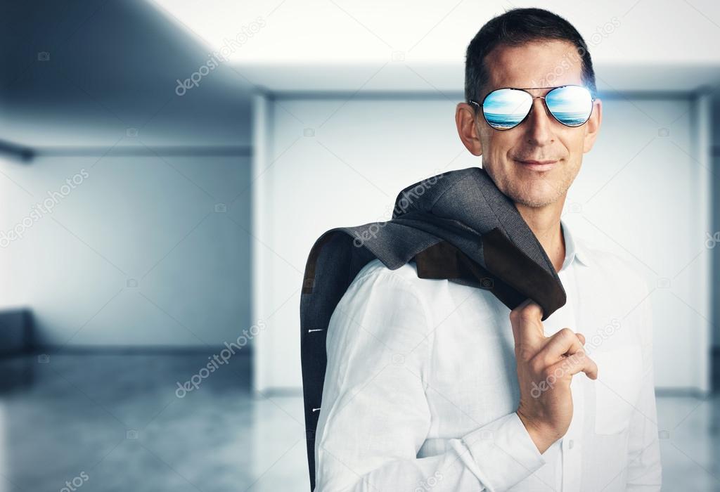 成熟的男人,戴著墨镜,梦见旅行