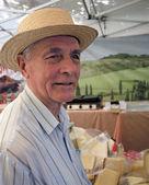 старший на рынке сыра — Стоковое фото