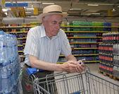 Sênior de compras no supermercado — Fotografia Stock