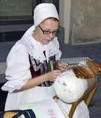 The demonstrations of bobbin lace maker — Stock Photo