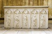 Stół kamienny ołtarz z płaskorzeźby czterech ewangelistów — Zdjęcie stockowe