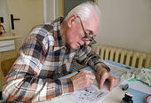 The old cartoonist — Stock Photo