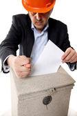 Trabajador poner carta en el buzón de correo, mostrando un signo de higo — Foto de Stock