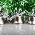 三个银色的绿色花环背景上的铃铛 — 图库照片 #36752821