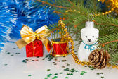Christmas white teddy bear with decorations under the Christmas — Stock Photo