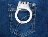 Menottes dans la poche de jeans bleu — Photo