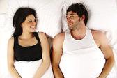 Kadın ve erkek birbirlerine gülümsüyor yatakta seks — Stok fotoğraf