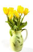 Tulipanes amarillos en florero — Foto de Stock