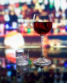 Een glas wijn en een schot van wodka — Stockfoto