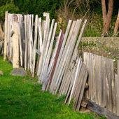 сломанный забор — Стоковое фото