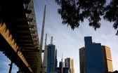 Passarela e árvores de edifícios — Fotografia Stock
