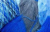 Kottar och härvor blå garn — Stockfoto
