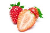 Rijpe aardbeien op witte geïsoleerd — Stockfoto