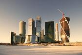 现代的摩天大楼和冰冻的河 — 图库照片